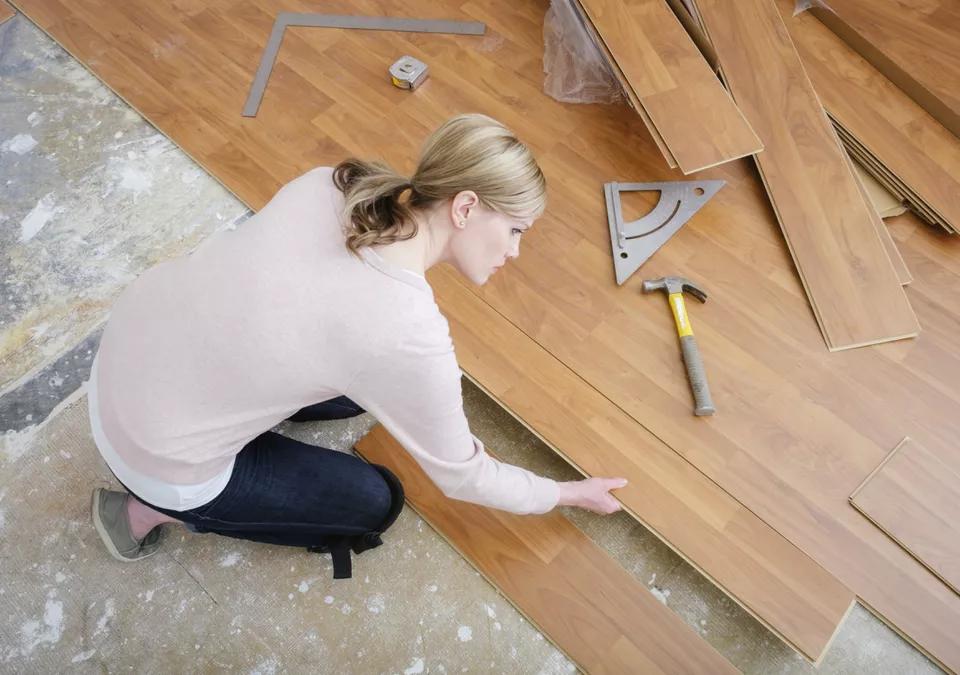 mujer-instalando-piso-lamidado